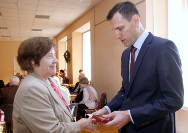 консул-советник Генконсульства РФ в Нарве Игорь Ларин вручает награду Галине Нейтсов